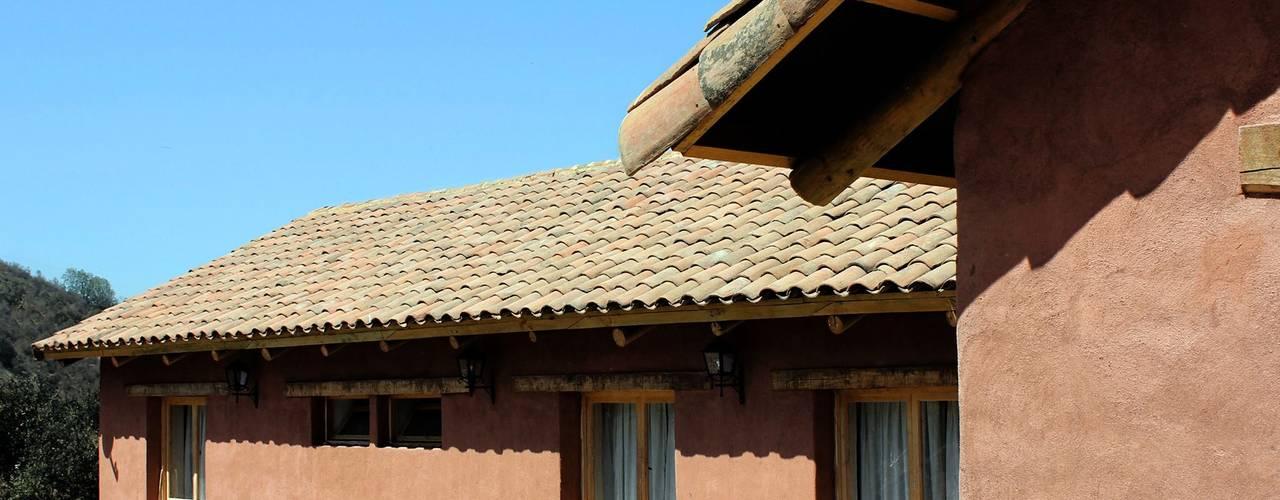 Detached home by ALIWEN arquitectura & construcción sustentable - Santiago, Country