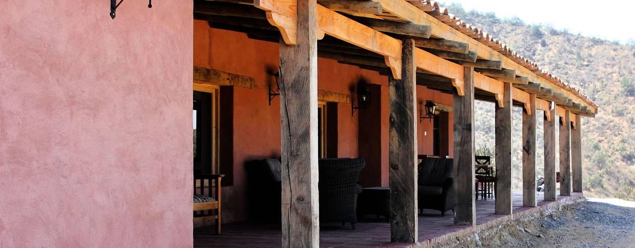 Fachada : Casas unifamiliares de estilo  por ALIWEN arquitectura & construcción sustentable - Santiago