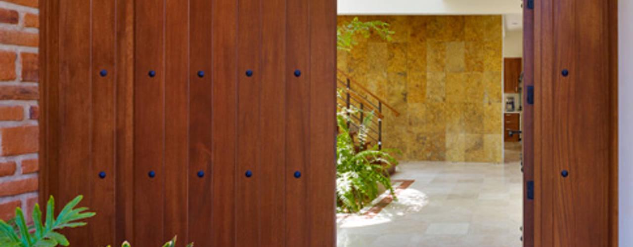 residencia Gallardo: Ventanas de estilo  por Excelencia en Diseño