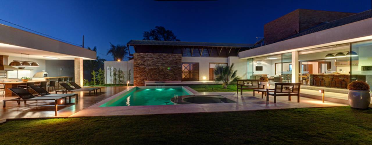 Case moderne di BRAVIM ◘ RICCI ARQUITETURA Moderno
