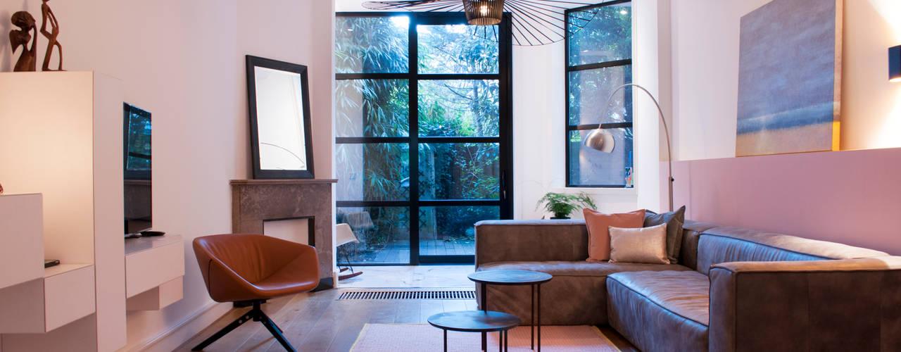 woonkamer met zachte tinten:  Woonkamer door IJzersterk interieurontwerp