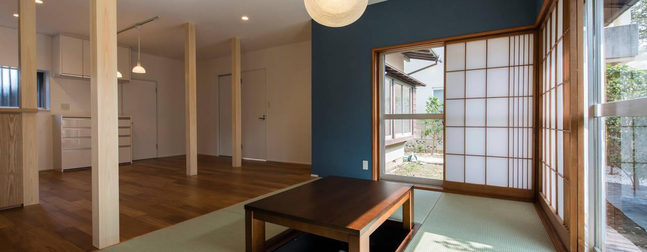 成城の家リノベーション: Unico design一級建築士事務所が手掛けたリビングです。