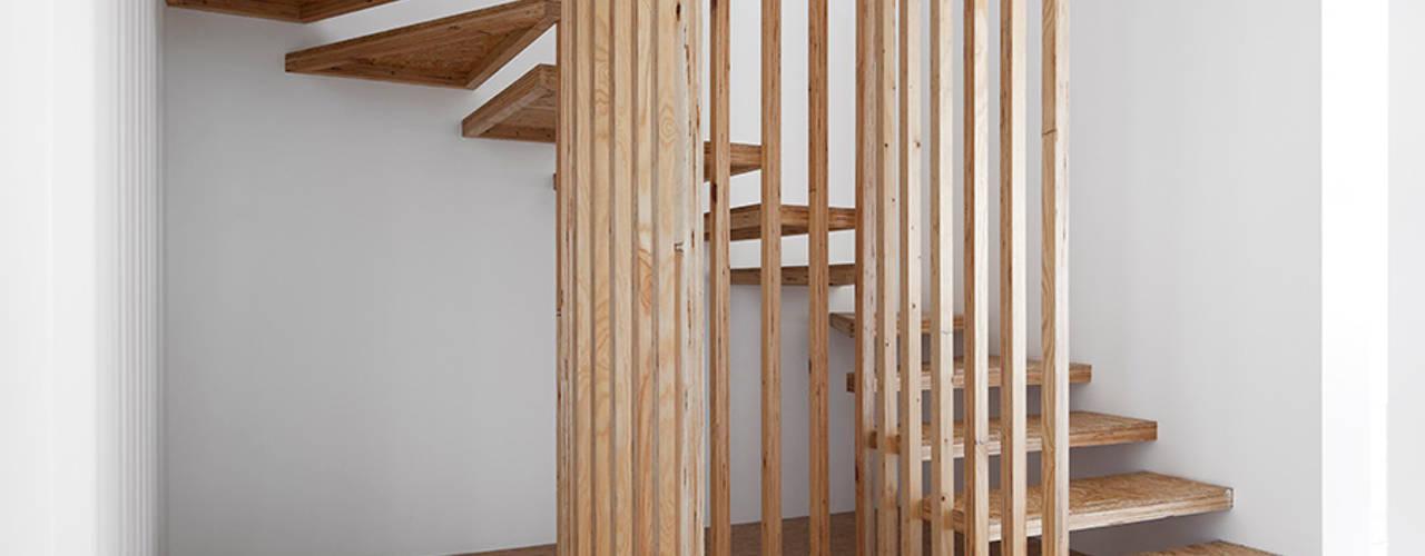 Pasillos, vestíbulos y escaleras de estilo minimalista de Jular Madeiras Minimalista