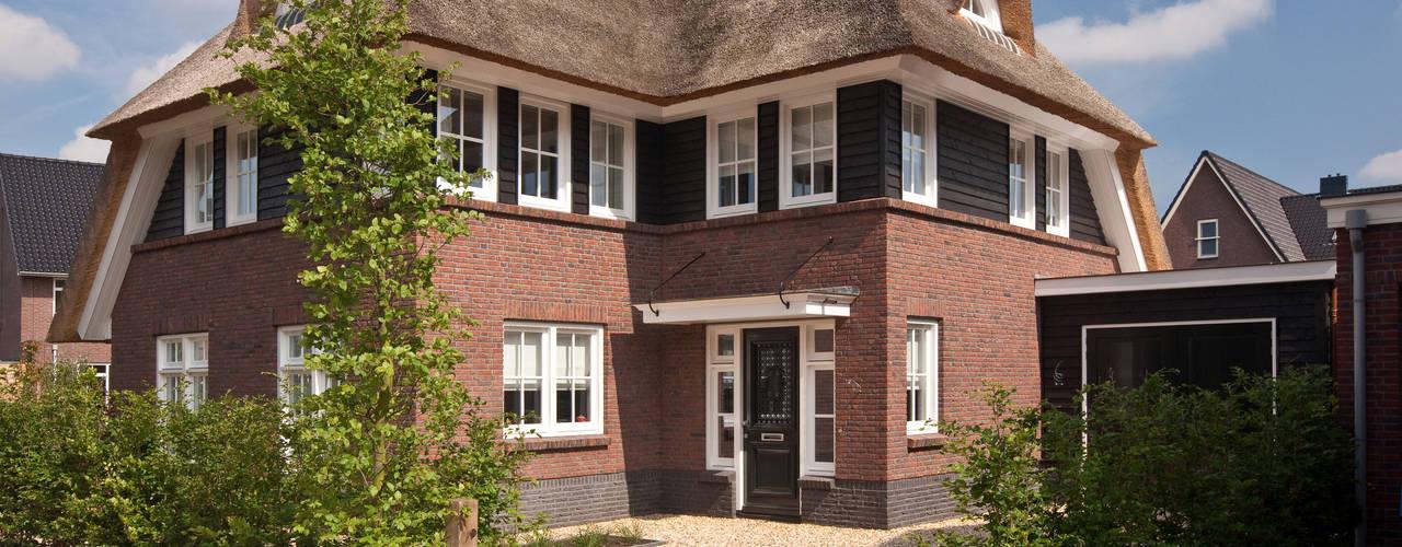 Vrijstaande rietgedekte villa te Leusden:   door 01 Architecten