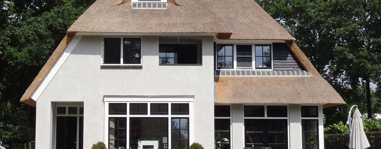 Rietgedekte witte villa te Veenendaal van 01 Architecten