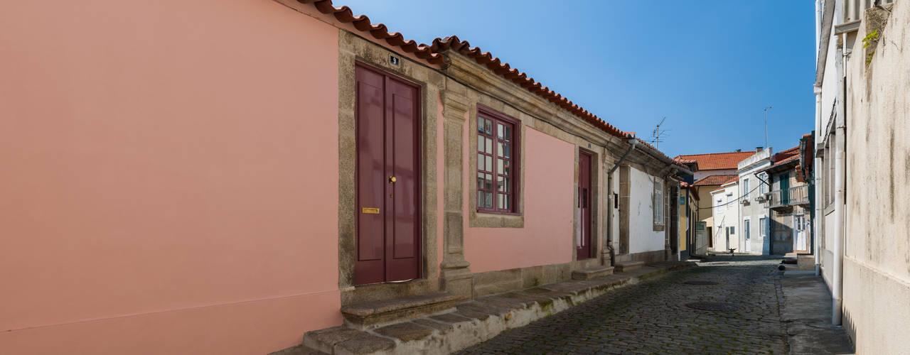 fachada rua principal: Casas  por ABPROJECTOS