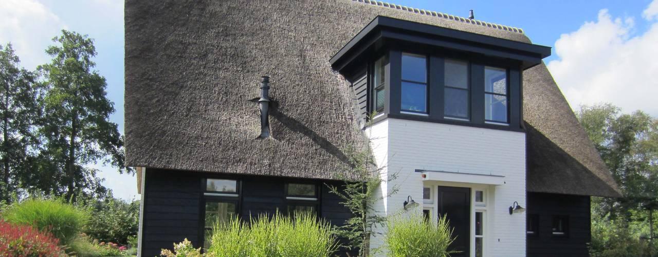 Donkere rietgedekte villa met witte accenten:   door 01 Architecten