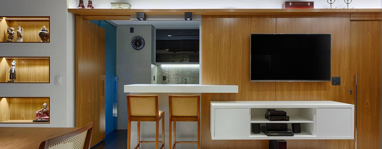 Salas / recibidores de estilo  por Emmanuelle Eduardo Arquitetura e Interiores