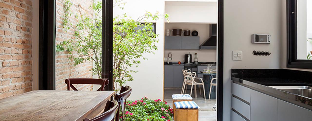 Cozinhas ecléticas por Tria Arquitetura Eclético
