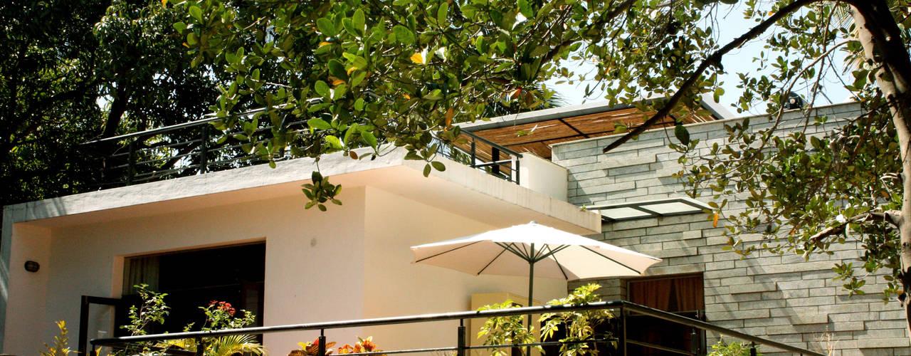 RESIDENCE FOR TALWAR Modern balcony, veranda & terrace by de square Modern