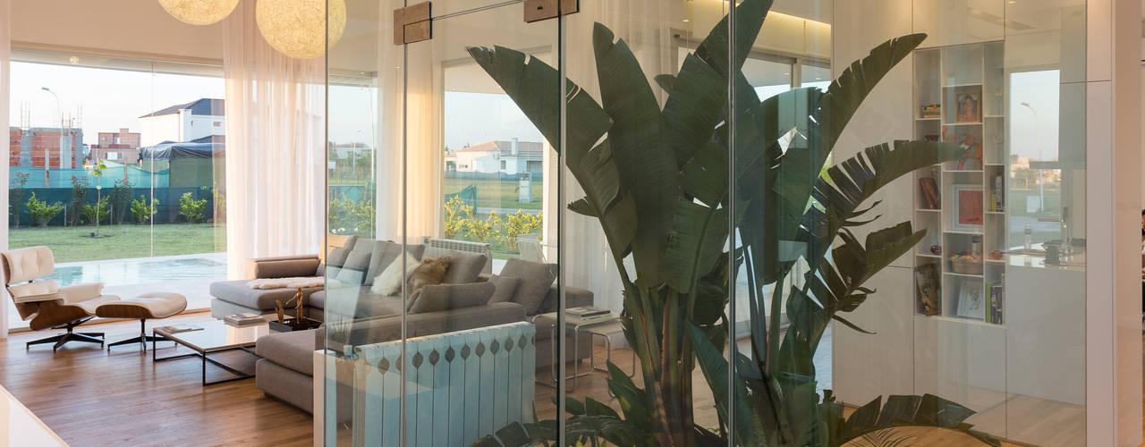 CASA VC - BARRIO SAN SEBASTIÁN- FUNES: Livings de estilo  por VISMARACORSI ARQUITECTOS