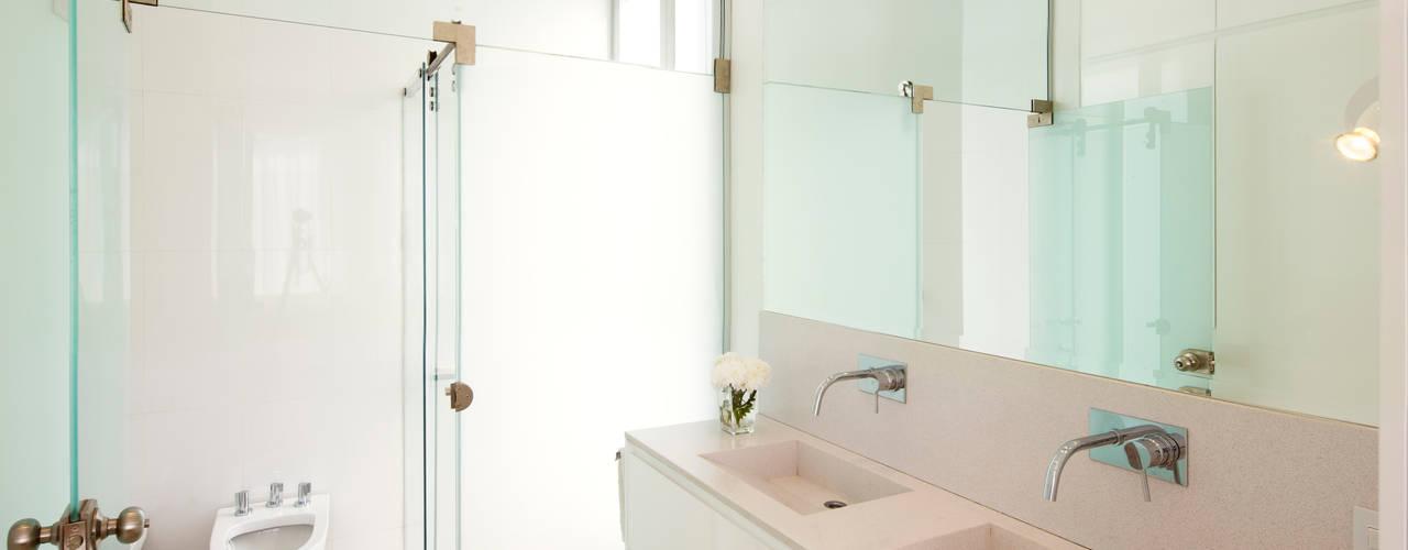 BAÑO EN SUITE: Baños de estilo minimalista por VISMARACORSI ARQUITECTOS