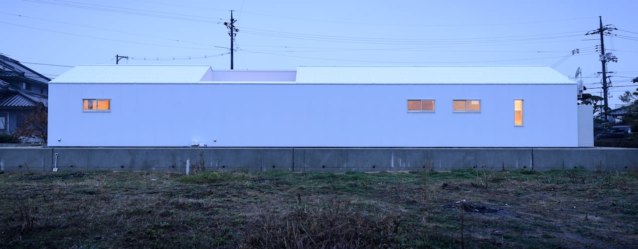 革工房の音色 モダンな 家 の 風景のある家.LLC モダン