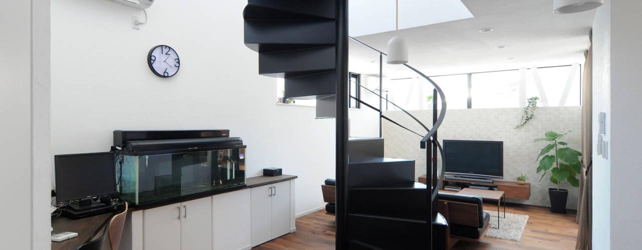 吹抜け螺旋階段の家: 遊友建築工房が手掛けたリビングです。