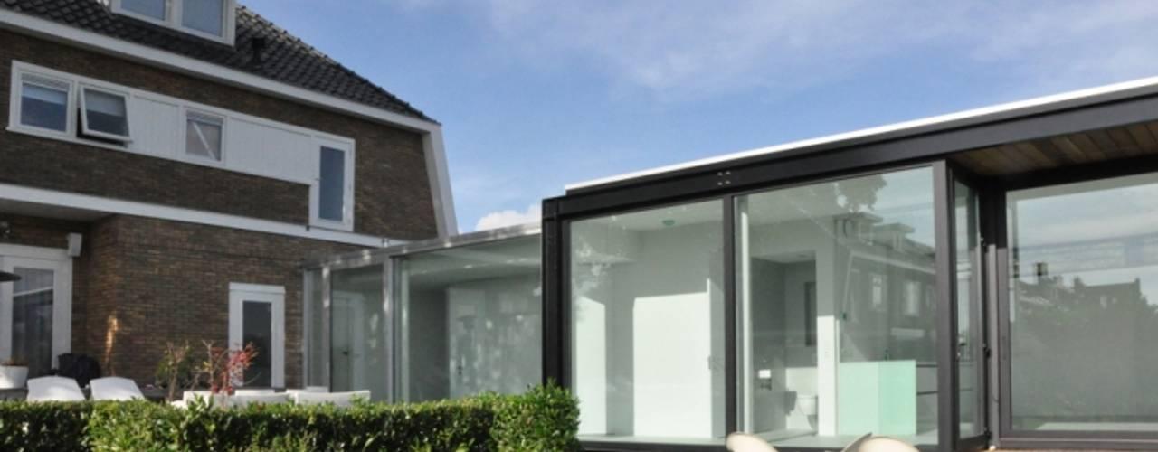 Uitbreiding villa te Sneek:  Huizen door AV Architectuur,