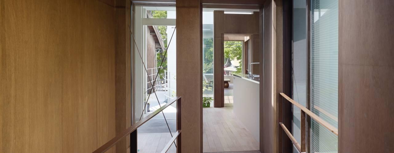 Modern corridor, hallway & stairs by 藤原・室 建築設計事務所 Modern