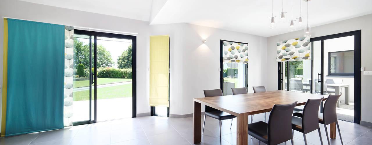Столовая комната в стиле модерн от O2 Concept Architecture Модерн