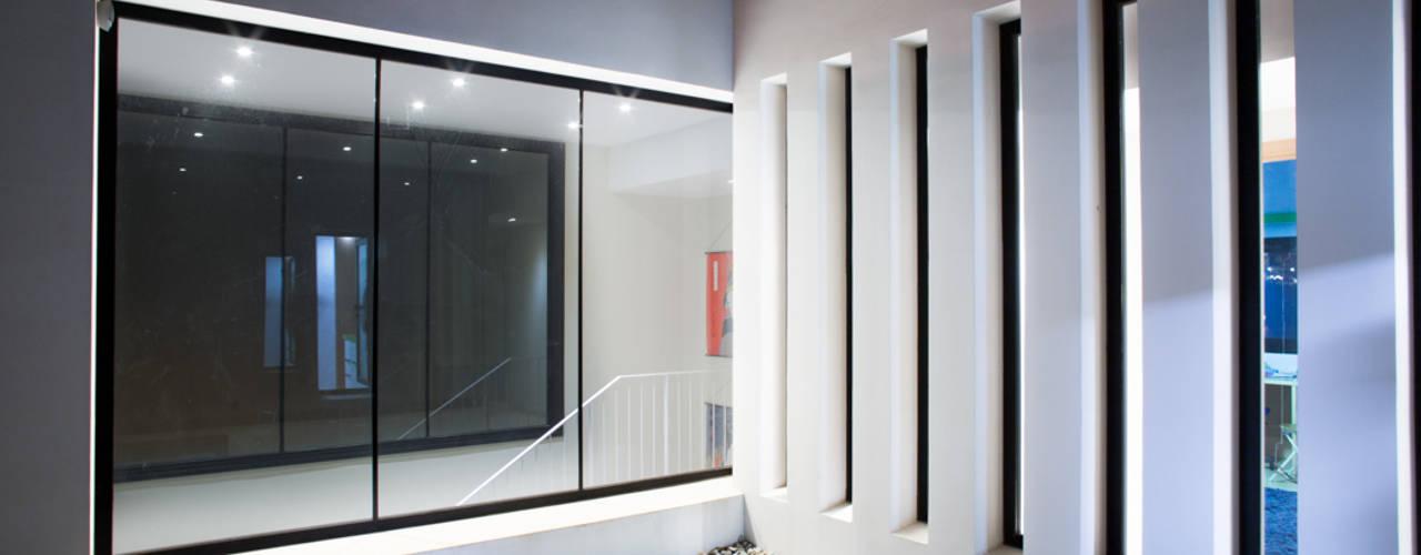Casa David y Esther Pasillos, vestíbulos y escaleras de estilo moderno de Robert Arquitectes Moderno