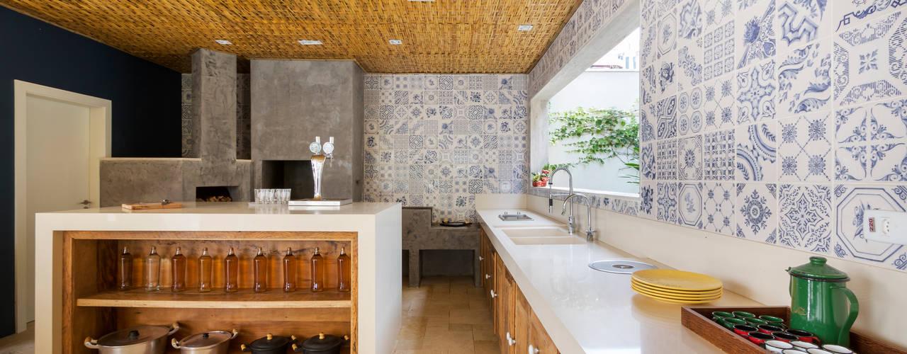 Esteira de Bambu Trançada em Forro.: Cozinhas  por BAMBU CARBONO ZERO
