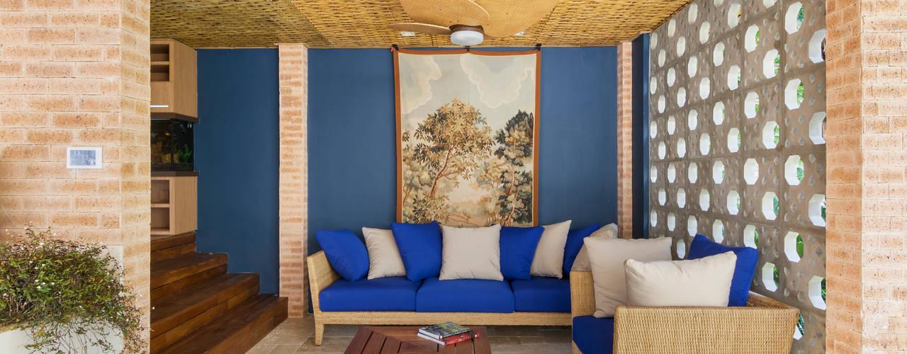 Esteira de Bambu Trançada em Forro.: Salas de estar  por BAMBU CARBONO ZERO