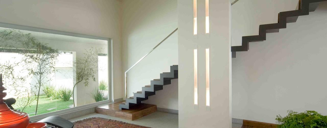 Pasillos y recibidores de estilo  por Lanza Arquitetos