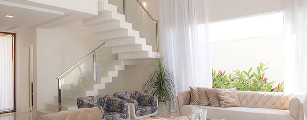 Salones modernos de Camila Castilho - Arquitetura e Interiores Moderno