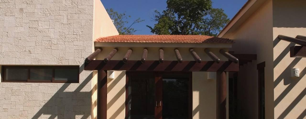 AIDA TRACONIS ARQUITECTOS EN MERIDA YUCATAN MEXICO Moderne Häuser Holz Braun