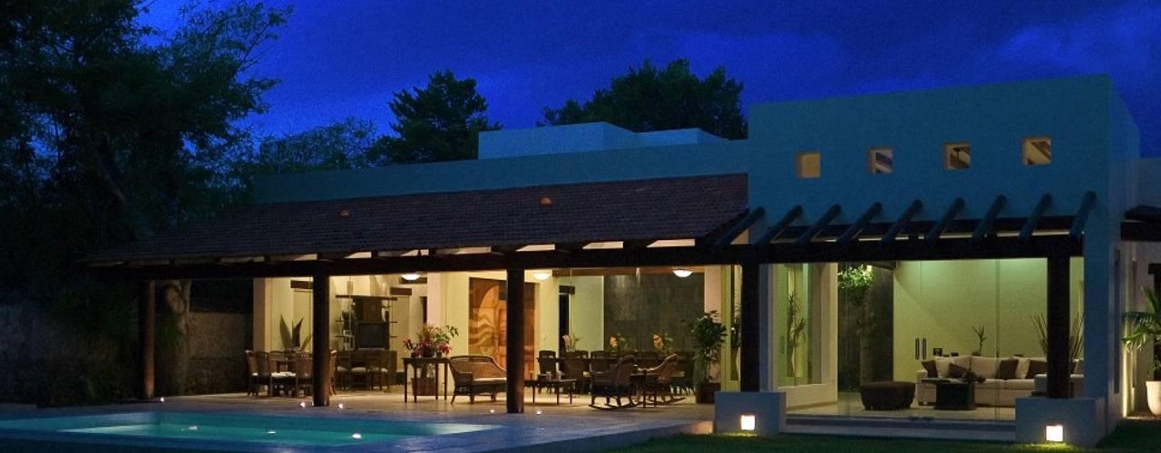 RESIDENCIA ZODZIL: Jardines de estilo  por AIDA TRACONIS ARQUITECTOS EN MERIDA YUCATAN MEXICO,