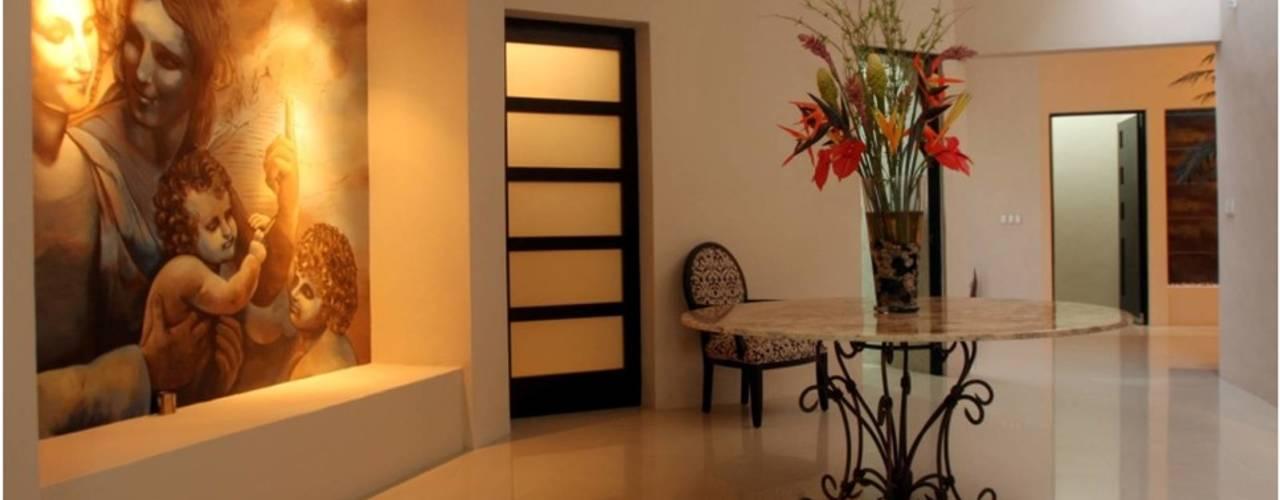 RESIDENCIA EN MÉRIDA OC AIDA TRACONIS ARQUITECTOS EN MERIDA YUCATAN MEXICO Pasillos, vestíbulos y escaleras modernos Mármol Ámbar/Dorado