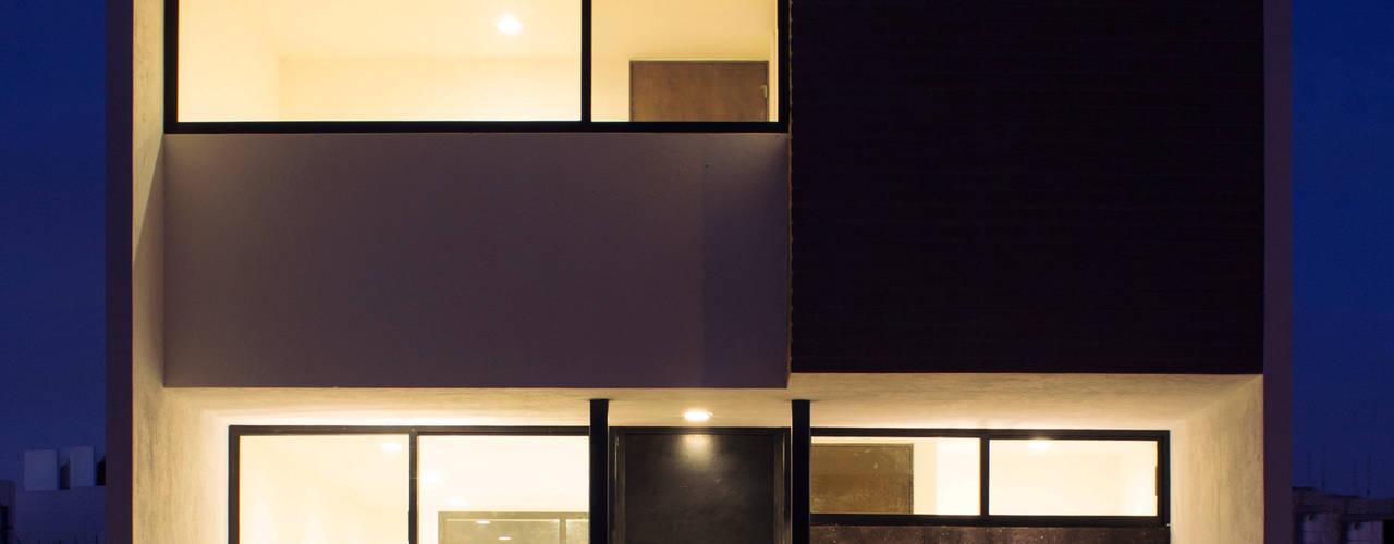 Fachada Casa Pedregal de noche : Casas de estilo  por Región 4 Arquitectura
