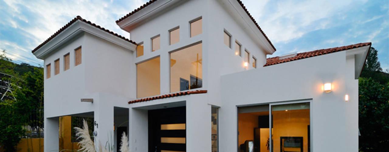Projekty, kolonialne Domy zaprojektowane przez Excelencia en Diseño