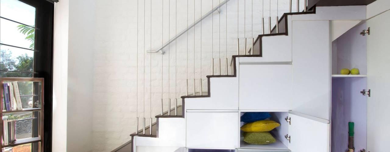 Pasillos, vestíbulos y escaleras minimalistas de Urban Shaastra Minimalista