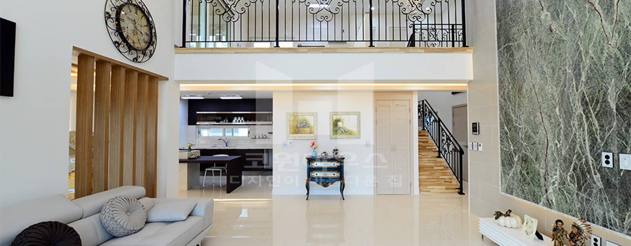 주택의 품격을 높이는 일본식 주택 디자인: 코원하우스의  거실
