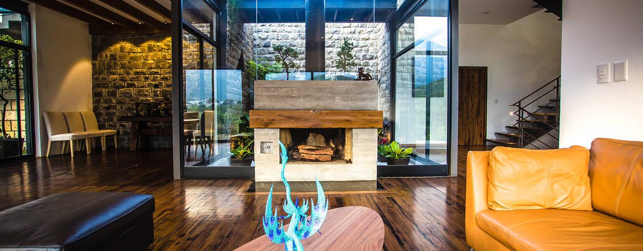 Sala, chimenea y jardín interior: Salas de estilo  por ICAZBALCETA Arquitectura y Diseño