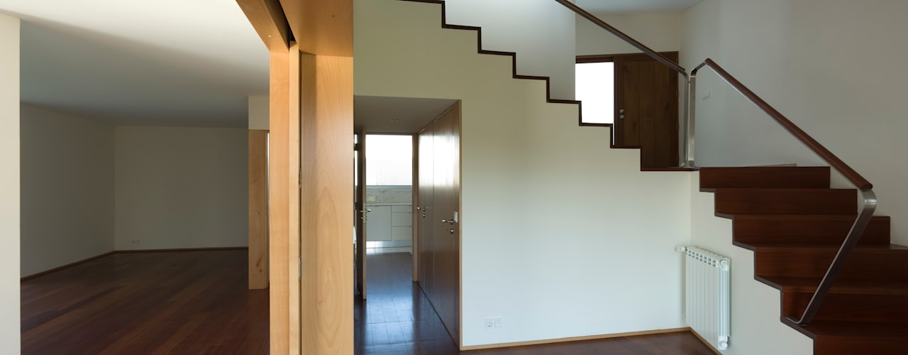 Modern Corridor, Hallway and Staircase by ABPROJECTOS Modern