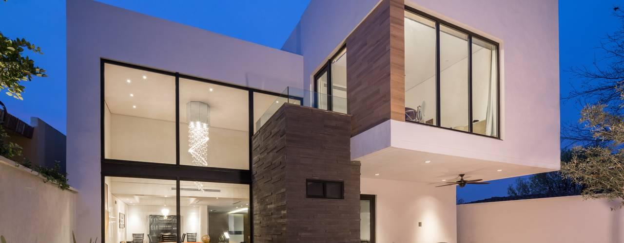 Fachada posterior: Casas de estilo  por URBN