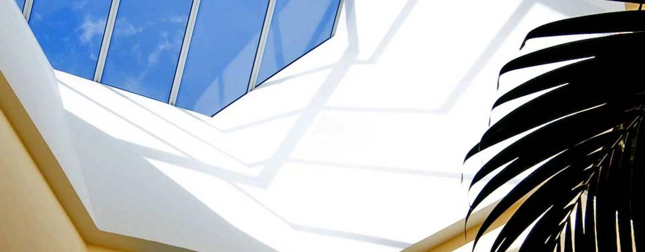 Paredes y pisos de estilo ecléctico de Pierre Bernard Création Ecléctico
