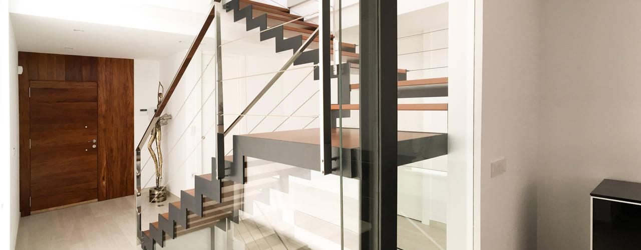 Pasillos y recibidores de estilo  por arqubo arquitectos