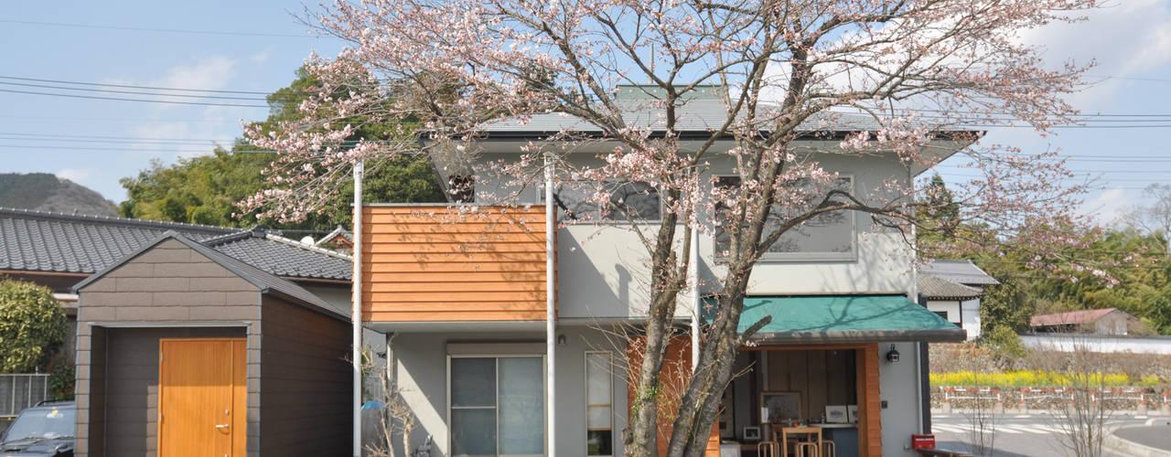 Casas de estilo ecléctico de (株)独楽蔵 KOMAGURA Ecléctico