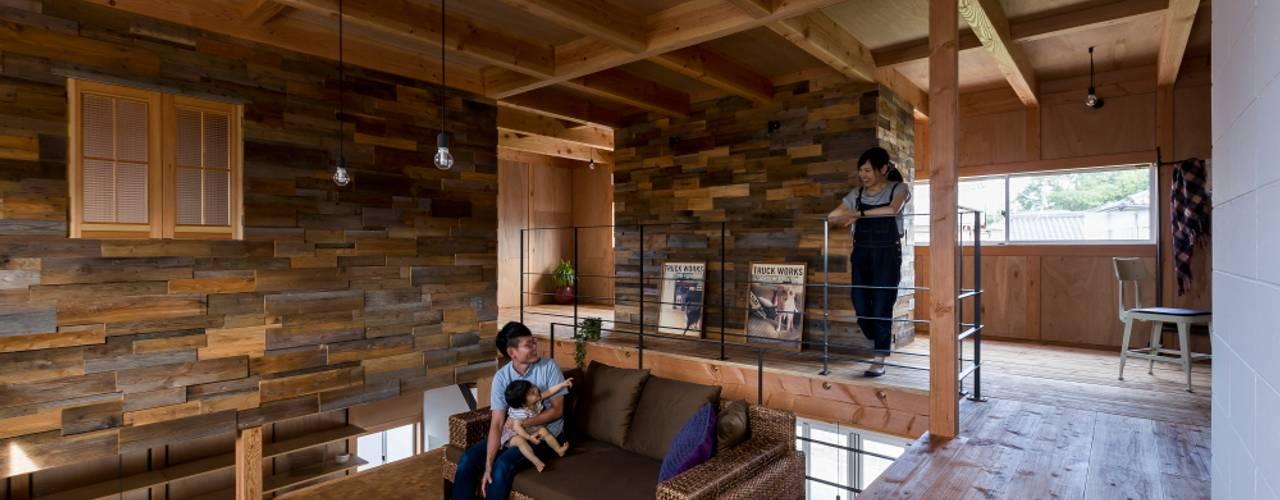 ALTS DESIGN OFFICE Phòng khách phong cách mộc mạc Gỗ Brown