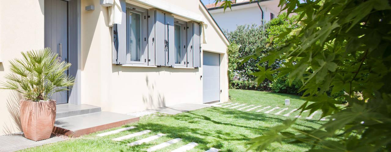 Jardines de estilo minimalista por EXiT architetti associati