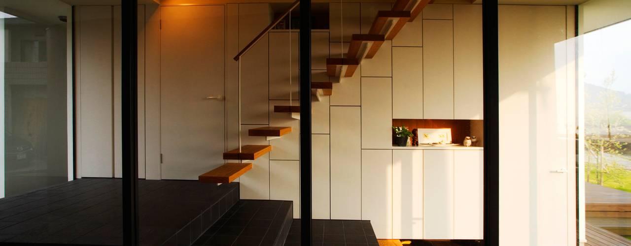 Modern corridor, hallway & stairs by Y.Architectural Design Modern