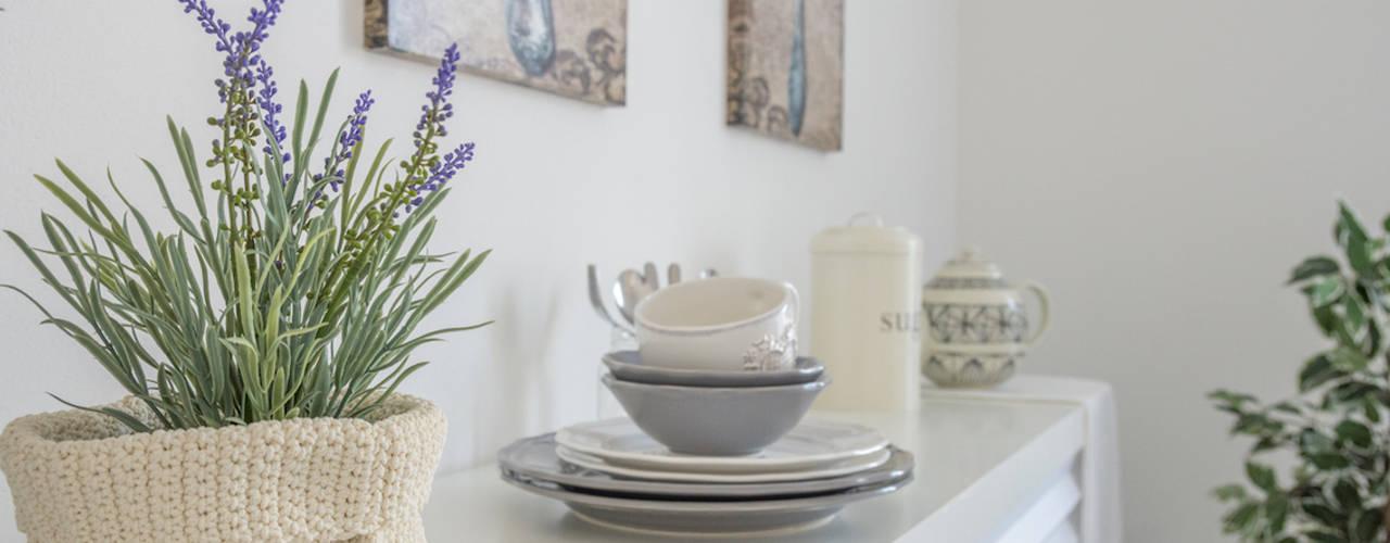 INTERVENTO HOME STAGING IN APPARTAMENTO DI NUOVA COSTRUZIONE A CESENATICO: Cucina in stile  di Mirna.C Homestaging