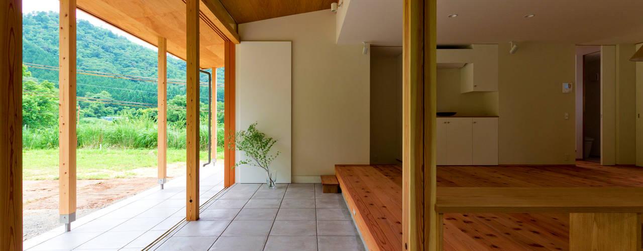 八鹿の家 エイチ・アンド一級建築士事務所 H& Architects & Associates 北欧デザインの リビング 木 木目調