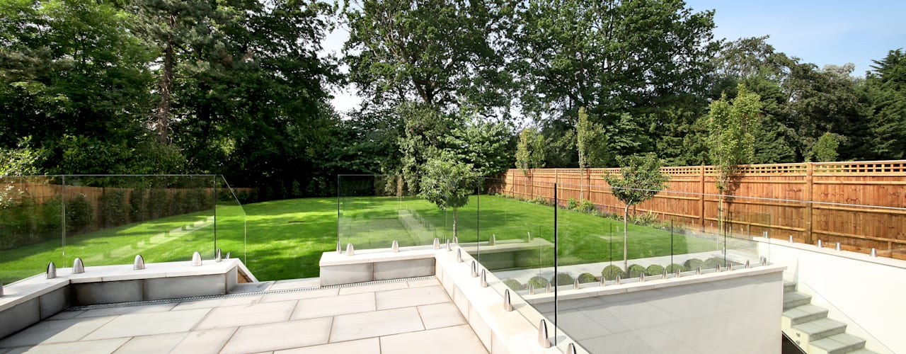 A complex project, in which #RailingLondon worked on a staircase, internal doors, interior and exterior balustrades and a Juliet balcony. Jardin moderne par Railing London Ltd Moderne
