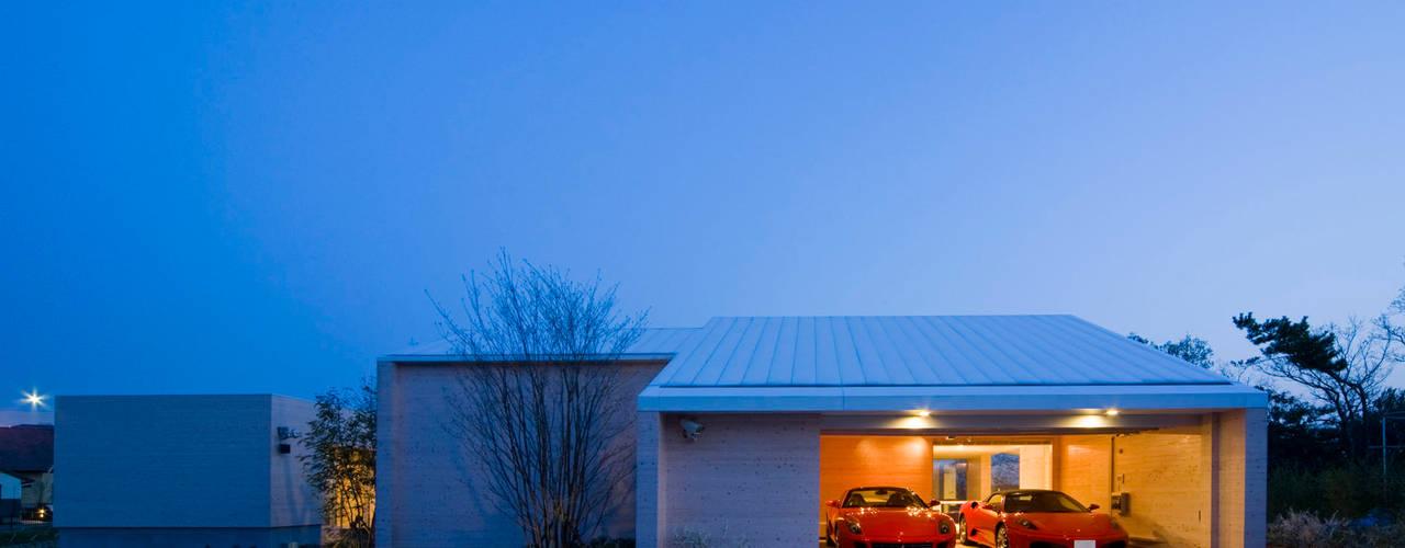 愛車と暮らす家(フェラーリ): Kenji Yanagawa Architect and Associatesが手掛けた二車用ガレージ車庫です。