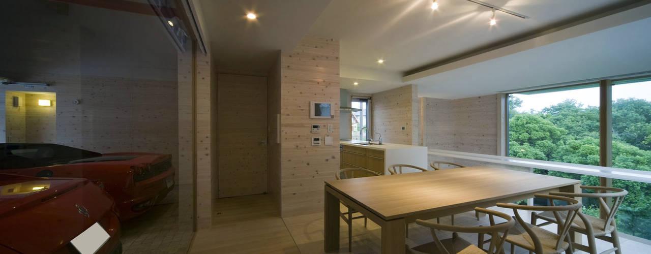 愛車と暮らす家(フェラーリ): Kenji Yanagawa Architect and Associatesが手掛けたダイニングです。