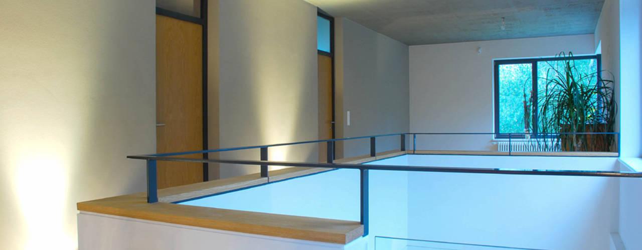 Moderne gangen, hallen & trappenhuizen van fried.A - Büro für Architektur Modern