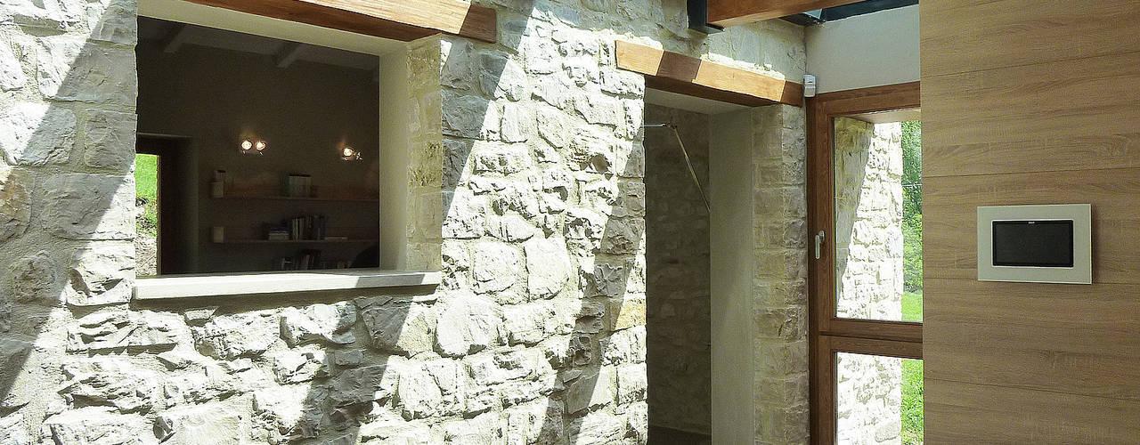 Pasillos, vestíbulos y escaleras de estilo rural de Stefano Zaghini Architetto Rural