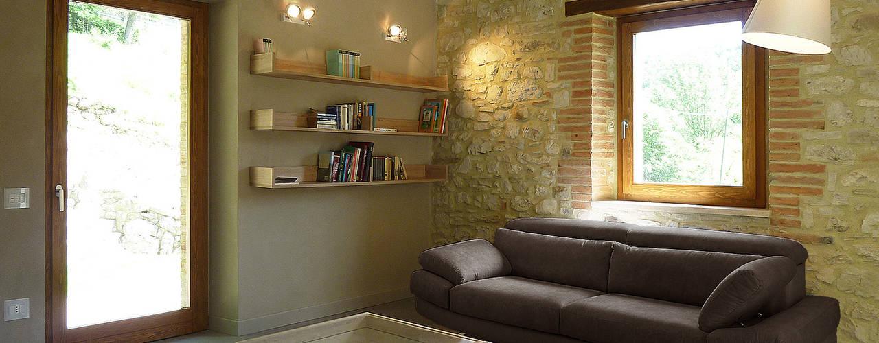 Salas de estilo rural de Stefano Zaghini Architetto Rural